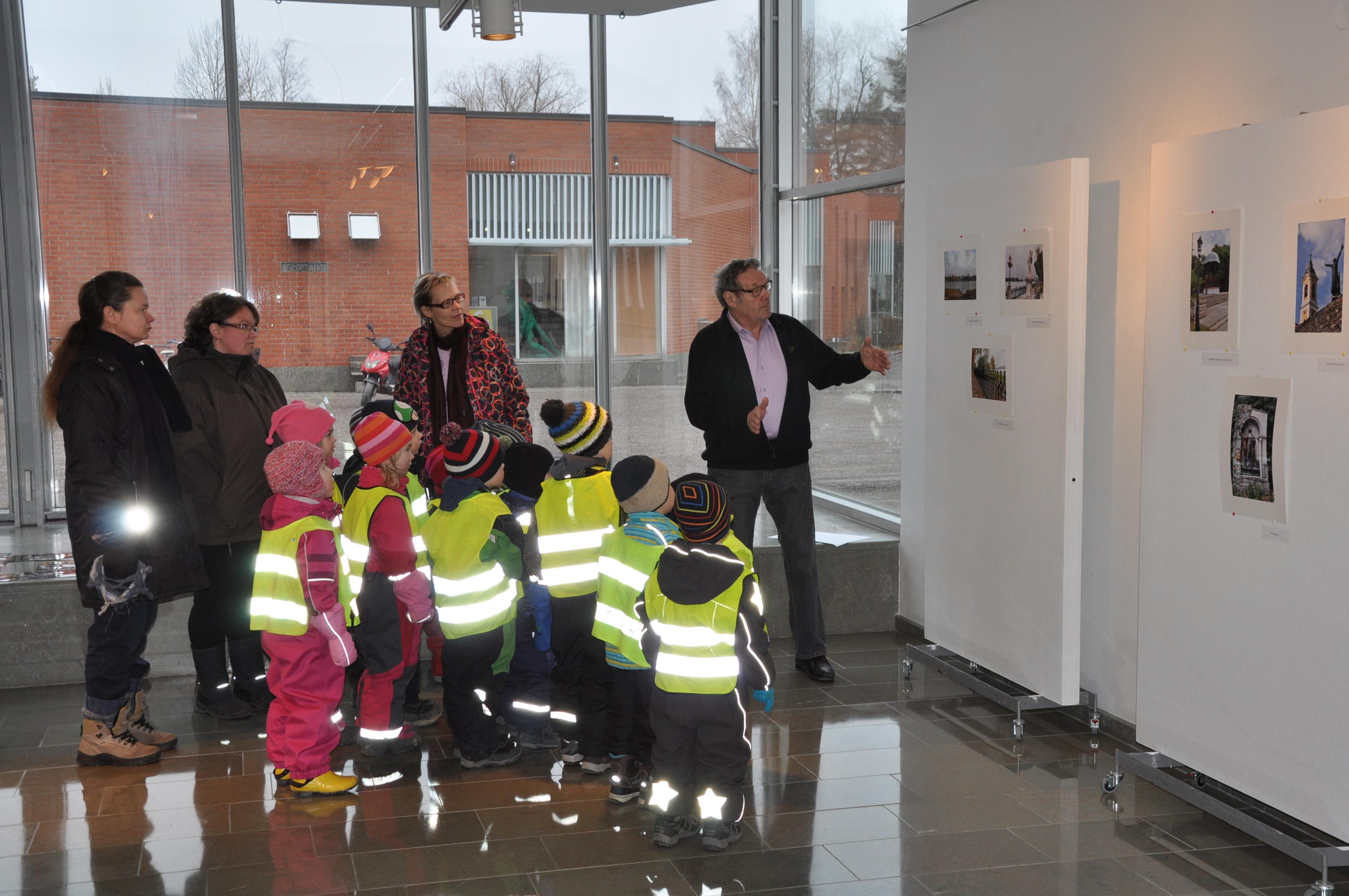 A kiállítás első látogatói Osmo tájékoztatójával